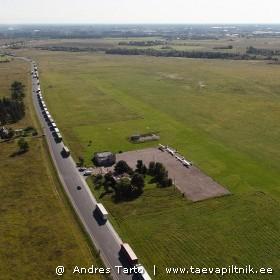 Narva lennuväli, maandumine rekkade kõrvale