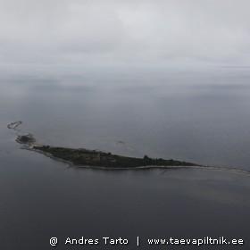 Pilvealune Sorgu saar. Ülal paremal paistab Kihnu.
