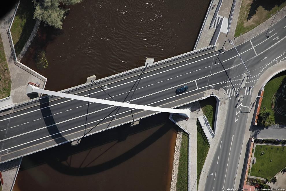 Otse Tartu Vabaduse silla kaare kohal